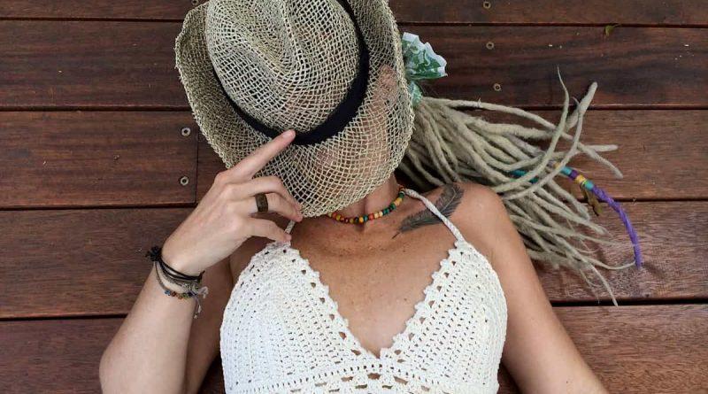 Žena v klobuku s bielou bralette podprsenkou