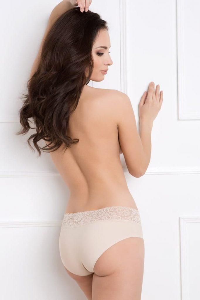 žena v klasických bežových nohavičkách pri pohlade zo zadu