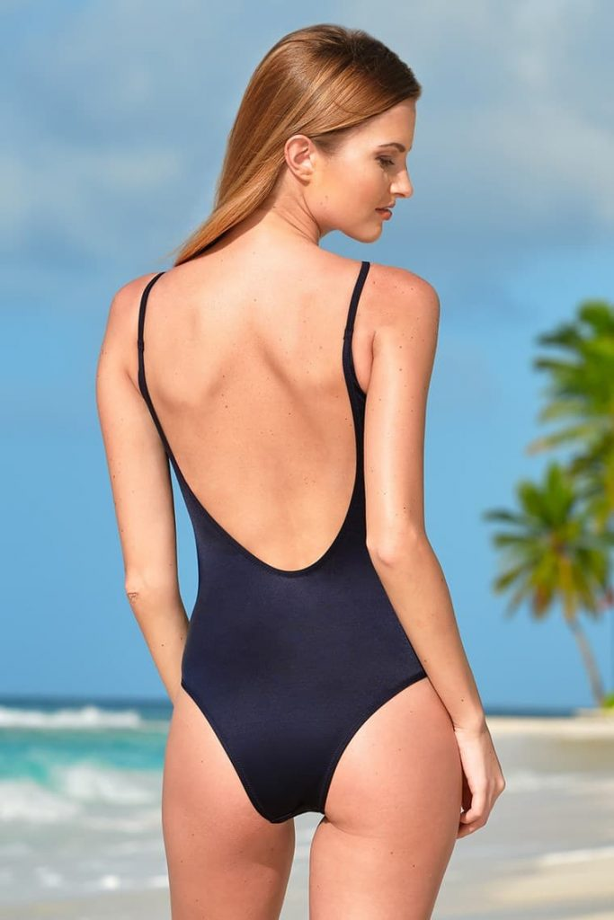 jednodielne plavky s odhaleným chrbtom